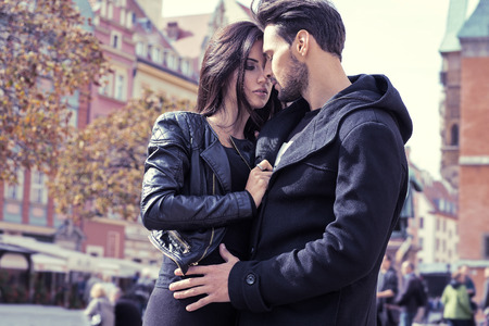 parejas felices: Pareja atractiva en la chaqueta abraz�ndose unos a otros Foto de archivo