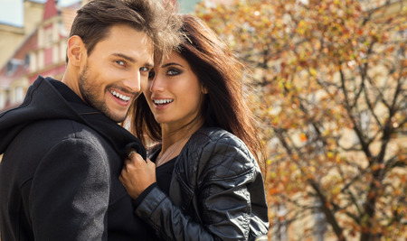 Herfst portret van gelukkige paar