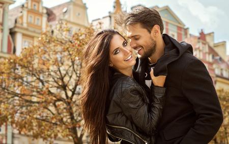 donna innamorata: Bella coppia felice abbracciati.
