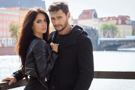 belle brune: Attractive jeune couple dans la veste d'automne étreignant