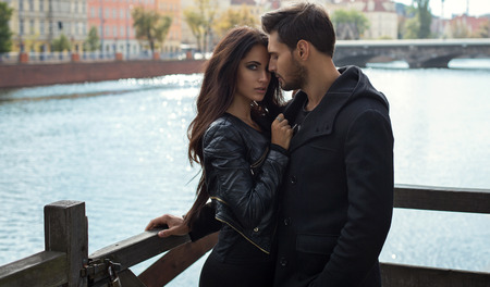 femme romantique: Photo romantique d'un couple, �treindre Banque d'images