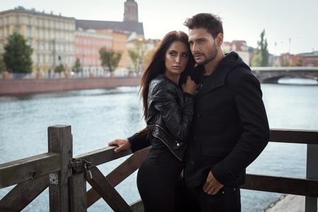 femme romantique: Fashion couple �treignant