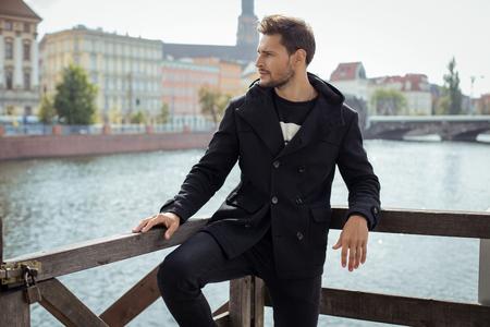 Jong model in zwarte jas Stockfoto