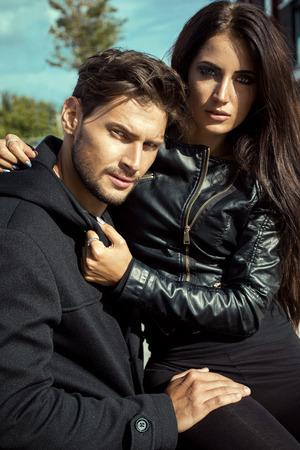 Sexy paar in lederen jas knuffelen elkaar Stockfoto - 46809518