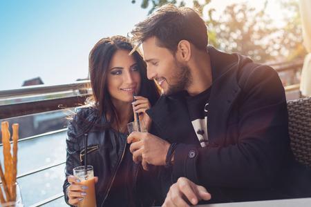tomando jugo: Beber jugo de naranja Pareja feliz en el tiempo del otoño