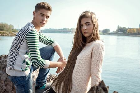 bel homme: Portrait de jolie fille aux cheveux longs et beau garçon posant l'autre Banque d'images