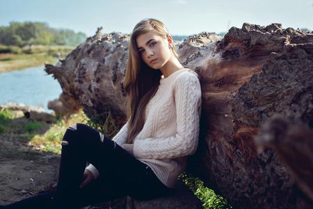 aretes: Moda linda chica con el pelo largo posando Foto de archivo