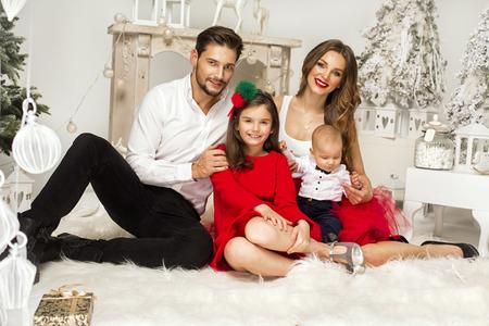 семья: Красивая Familly в Рождество декорации. Улыбаясь родителей и детей