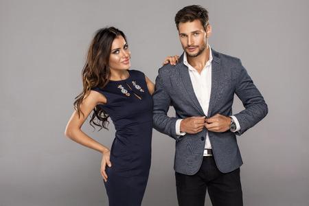 Portrait der jungen schönen Mann knöpfte Jacke mit schönen jungen Frau. Schöne Paare in der modernen Kleidung Standard-Bild - 48374491