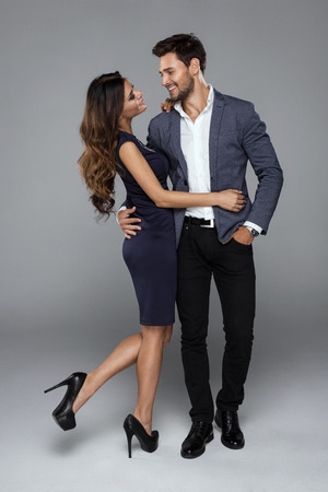 parejas sensuales: Feliz pareja hermosa mirando el uno al otro Foto de archivo