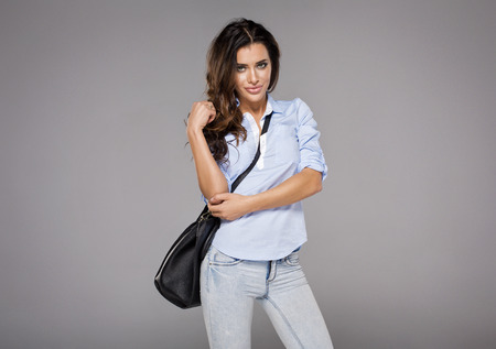 mooie brunette: Beautiful brunette holding bag