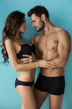 seni: Sexy spogliarsi paio toccano. Bell'uomo guardando il seno