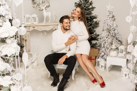 Mooie gelukkige paar in Kerst mis landschap Stockfoto