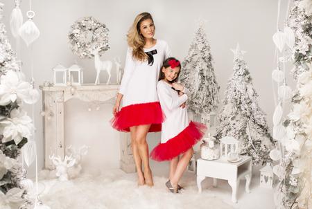 Moeder en dochter in dezelfde outfits dragen van een tutu rokken in Christmas landschap Stockfoto