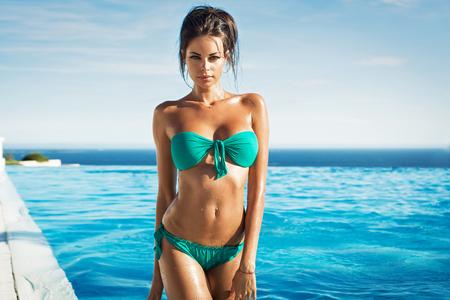 Sexy model in het zwembad Stockfoto