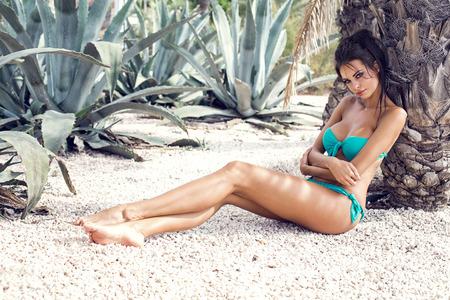 naked young women: Сексуальная модель в купальнике отдыха под пальмой