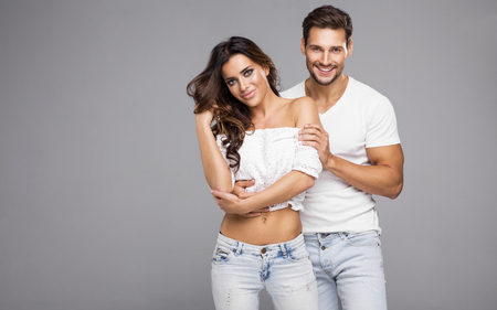 Hermosa joven pareja sonriendo