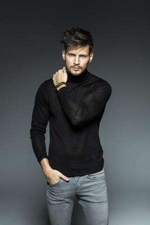 Modelo masculino de moda atraente Foto de archivo - 51686505