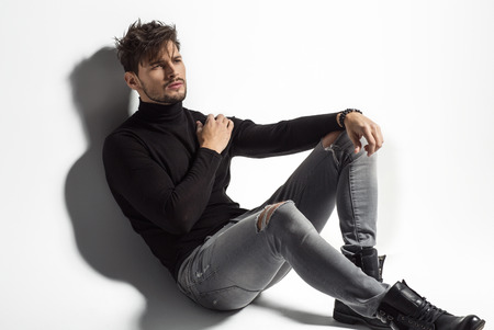 modelos posando: Presentación atractiva del modelo masculino
