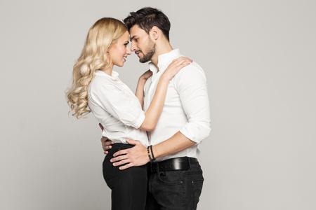 parejas sensuales: Pareja joven busca el uno al otro