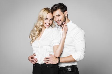 Jong mooi glimlachend paar dat bij elkaar koestert Stockfoto - 51686548
