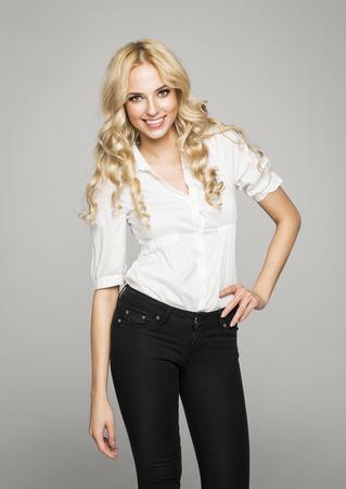 Blond posant femme naturelle