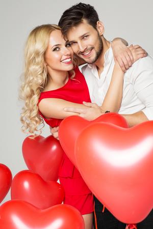笑顔のカップルの肖像画。バレンタインの日