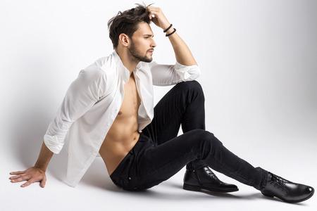 cuerpos desnudos: Hombre de moda aislado en el fondo blanco
