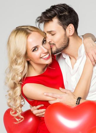 그의 여자 친구의 뺨에 키스 잘 생긴 남자. 발렌타인 데이 스톡 콘텐츠