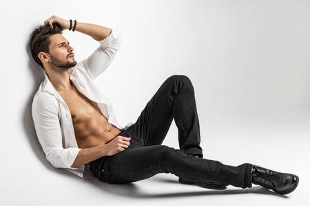 nudo maschile: Sexy svestita di sesso maschile modello in posa Archivio Fotografico