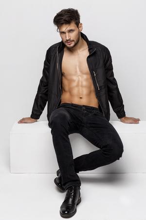 Sexy uitkleden atletische model stellen