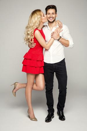 Blonde vrouw kussen jonge man Stockfoto - 51810750