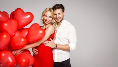 femme romantique: Portrait d'aimer couple avec ballons. La photo de la Saint-Valentin