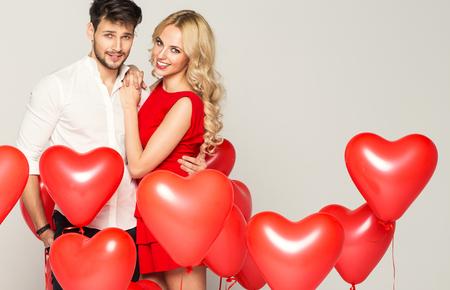 parejas: Retrato de linda pareja con el coraz�n globos Foto de archivo