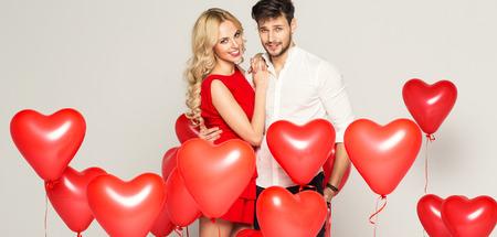 浪漫: 時尚夫婦與氣球擁抱心臟對方