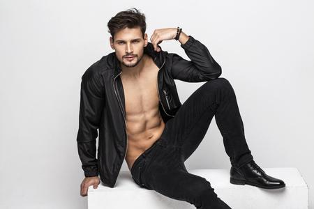 desnudo masculino: Retrato de hombre guapo desnudo tocando su chaqueta