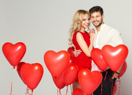 femme romantique: Sourire couple enlacé à l'autre Banque d'images