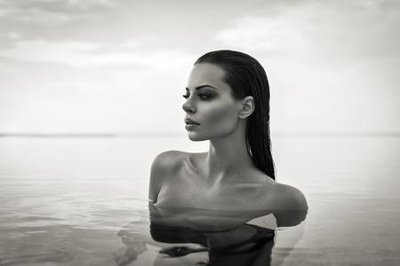 수영장에서 섹시한 모델의 흑백 초상화