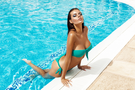 Sexy model in bikini in the pool Banque d'images