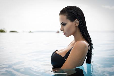 수영장에서 섹시한 모델의 초상 스톡 콘텐츠