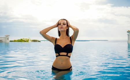 수영장에서 비키니를 입은 섹시한 모델