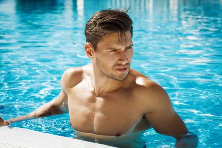 homme nu: Photo de bel homme dans la piscine