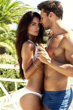 Sexy paar raken elkaar buiten in de zomer landschap