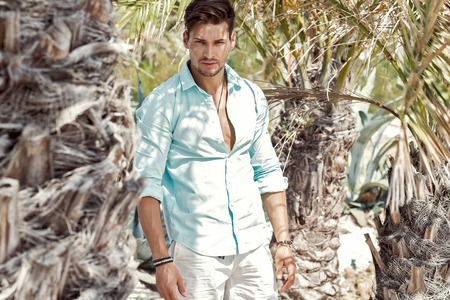 modelos hombres: Modelo hermoso bajo la palmera Foto de archivo