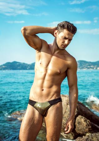 desnudo masculino: Modelo de Desgaste atractivo de la ropa interior de los hombres de sexo masculino en paisaje del verano