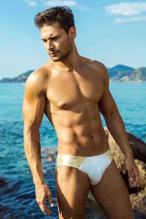 nudo maschile: Sexy Male Model su Intimo Gli uomini di usura della spiaggia