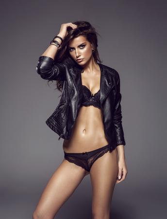 mujer sexy desnuda: Sexy mujer morena atractiva posando en ropa interior de moda en estudio Foto de archivo