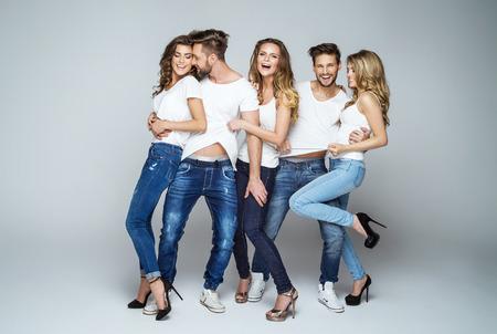 gente loca: Grupo de bellas locos sonriendo y divirtiéndose juntos