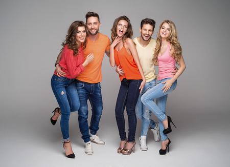 jovenes felices: Grupo de amigos sonrientes en ropa de moda