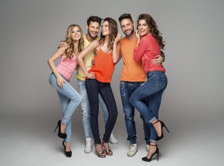modelos hombres: Grupo de amigos sonrientes en ropa de moda